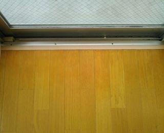 アパート:マンションの掃き出し窓のフローリング日焼け