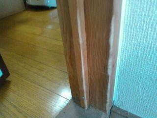無垢材のドア枠:柱のガリ傷補修