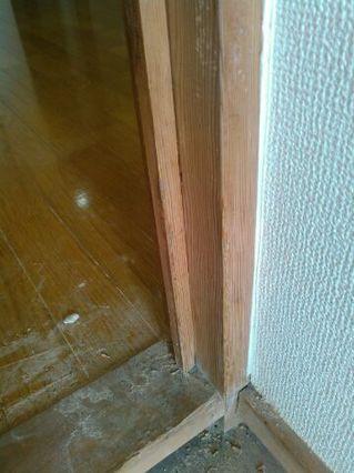 無垢材の柱:ドア枠のガリ傷補修